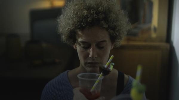 Jenny (Karen Dahmen) wird von Aaron mit einem Tomatensaft überrascht. | Rechte: KiKA/2021 eitelsonnenschein