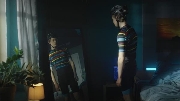 Aaron (Philip Müller) probiert sein Radler-Outfit an, dass Jenny ihm für die Radtour gekauft hat. | Rechte: KiKA/2021 eitelsonnenschein