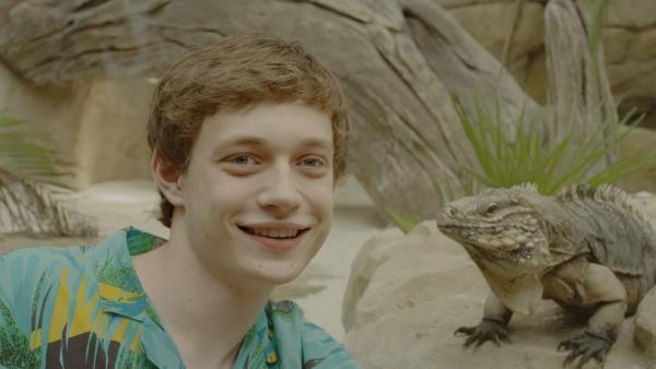 Aaron (Philip Müller) mit Leguan.   Rechte: KiKA/2021 eitelsonnenschein