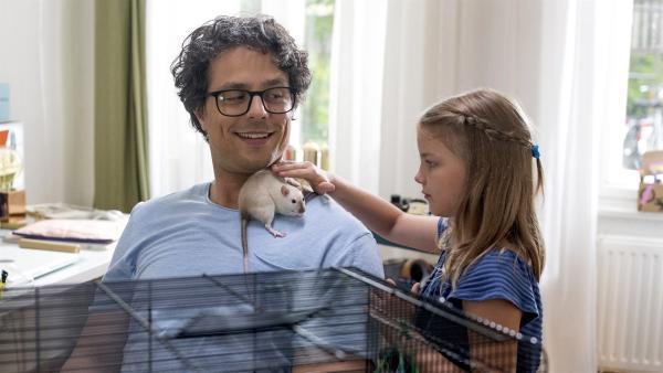 Die Nachbarin bittet Lina auf ihre Ratte Amadeus aufzupassen. Jedoch mag Lina aber keine Ratten. | Rechte: KiKA/Erik Drews
