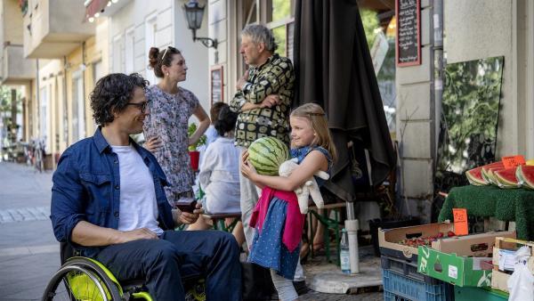 Lina traut sich alleine einzukaufen. | Rechte: KiKA/Erik Drews