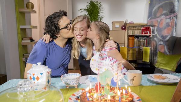 Linas Mama Susanne hat Geburtstag. Georg und Lina überraschen sie. | Rechte: KiKA/Erik Drews