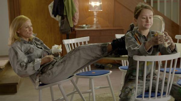 Pamela (Sylwia Arnesen) und Tyra (Anna Filippa Hjarne) sind in die Rollen von Stefan und Tobias geschlüpft. Sie haben schon einige Reparaturen erledigt und sich eine Pause verdient. | Rechte: KiKA/NRK 2014