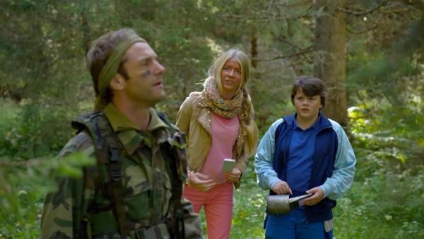 Lea (Ida Oldeide Hay) und Tobias (Kristian Verpe Indrebø) glauben nicht, dass Stefan (Espen Reboli Bjerke) den Weg zurück zur Hütte findet. | Rechte: KiKA/NRK 2014