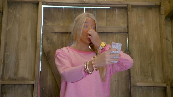 Lea (Ida Oldeide Hay) hat nur im Plumpsklo ausreichend Handy-Empfang. | Rechte: KiKA/NRK 2014