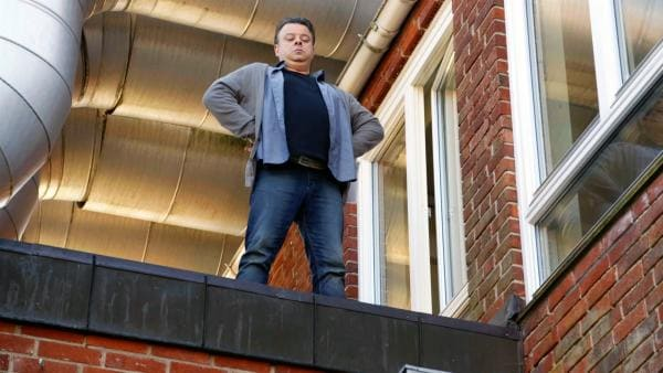 Als Superheld fürchtet sich Åke (Teodor Janson) nicht vor der Höhe. Auf dem Schuldach fühlt er sich sicher. | Rechte: KiKA/NRK 2014