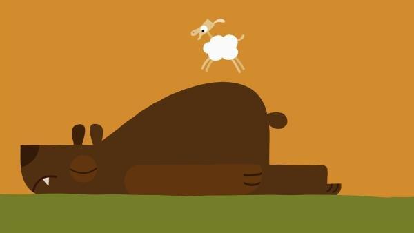 Mutig springt das kleine Schaf auf dem Bären herum. | Rechte: KiKA/SWR/Film Bilder/Julia Ocker