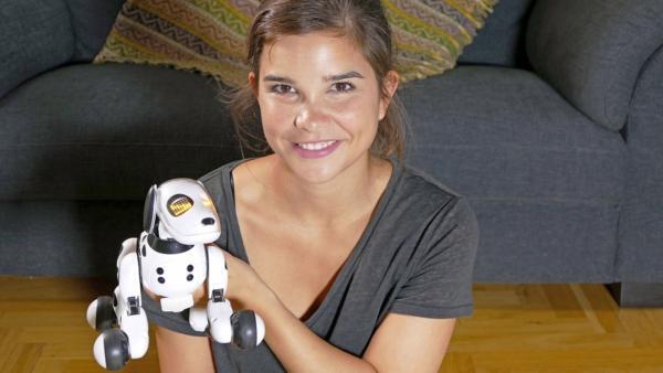 Apps & Gadgets für Haustiere / Anna und Roboterhund Zoomer | Bild: BR / Text und Bild | Rechte: BR / Text und Bild