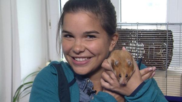 Hamster / Anna kuschelt mit einem Hamster | Bild: BR/Text und Bild | Rechte: BR/Text und Bild