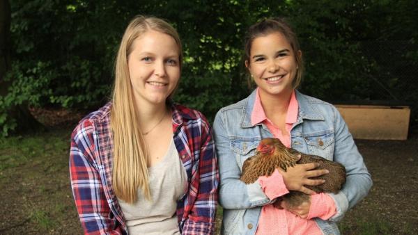 Huhn / Anna mit Lisa Thalhammer, der Hühnerexpertin im Kindergarten.<br/>| Bild: BR / Text und Bild Medienproduktion GmbH & Co.KG | Rechte: BR / Text und Bild Medienproduktion GmbH & Co.KG