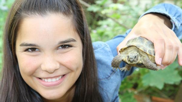 Schildkröte / Anna hält eine Schildkröte hoch | Bild: BR/Text und Bild Medienproduktion GmbH & Co.KG | Rechte: BR/Text und Bild Medienproduktion GmbH & Co.KG