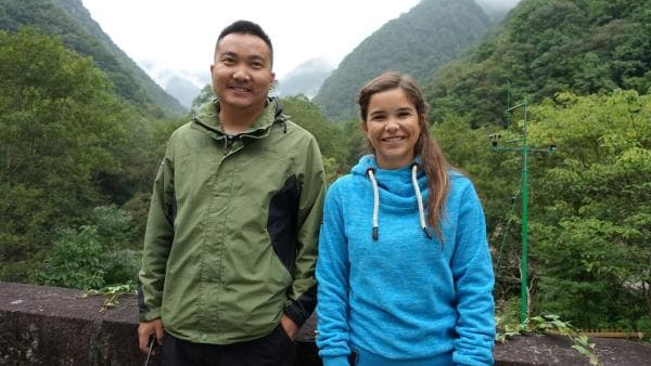 In China sucht Anna im Tang Jia He Nationalpark mit Ranger Feda nach Takinen. | Rechte: BR/Text+Bild Medienproductions GmbH
