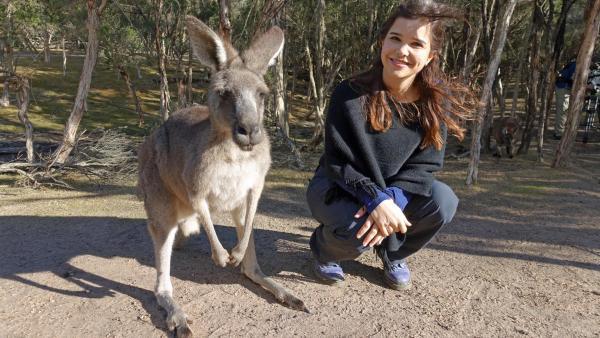 Boxen mit dem Känguru / Anna mit Känguru auf der Insel Kangaroo Island | Bild: BR | Textundbild Medienproduktion GmbH | Rechte: BR | Textundbild Medienproduktion GmbH