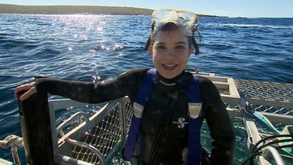 Mit dem Hai unter Wasser | Anna steigt in den Käfig, um den weißen Hai unter Wasser zu beobachten | Bild: BR | Text und Bild Medienproduktion | Rechte: BR | Text und Bild Medienproduktion