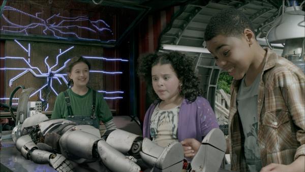 Anne (Addison Holley, li.), Shania (Adrianna Di Liello, Mi.) und Nick (Jadiel Dowlin, re,) bestaunen einen Androiden. | Rechte: KiKA/Sinking Ship Entertainment