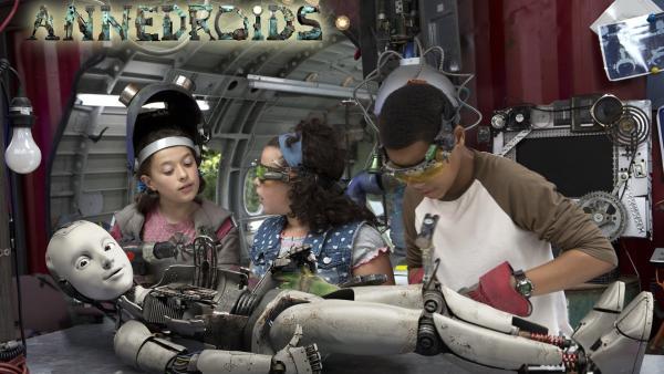 Anne (Addison Holley, li.), Shania (Adrianna Di Liello, Mi.) und Nick (Jadiel Dowlin, re.) basteln an ihrem Androidien PAL (Millie Davis, vorne). | Rechte: KiKA/Sinking Ship Entertainment