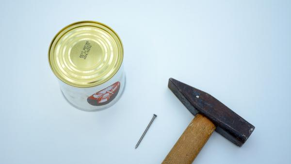 Schlage vorsichtig in die Mitte des Bodens beider Blechdosen mit Hammer und Nagel ein kleines Loch.   Rechte: KiKA