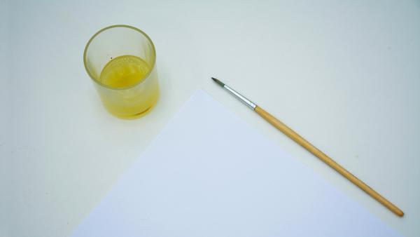 Fülle deine Geheimtinte in die Schale oder das Glas und tunke den Pinsel hinein. | Rechte: KiKA