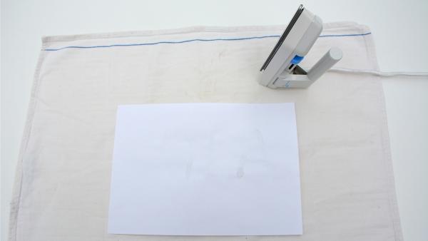Schreibe deine geheime Botschaft auf das Papier. Nicht wundern: Du kannst nicht sehen, was du schreibst. Lass das Geschriebene kurz trocknen. | Rechte: KiKA