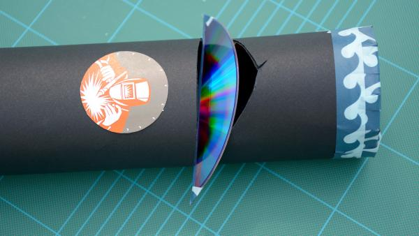 Verschließe  mit dem Kreppklebeband die obere runde Öffnung der Papprolle. | Rechte: KiKA