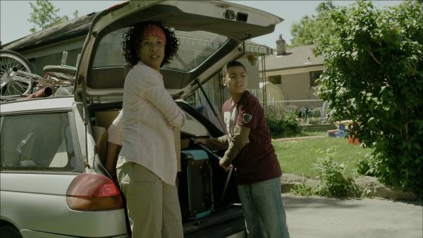Maggie (Raven Dauda) und Nick (Jadiel Dowlin) kommen an ihrem neuen Haus gegenüber vom Schrottplatz an. | Rechte: KiKA/Sinking Ship Entertainment