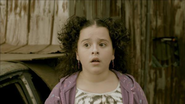 Shania (Adrianna Di Liello) kann noch nicht glauben, was sie sieht. | Rechte: KiKA/Sinking Ship Entertainment