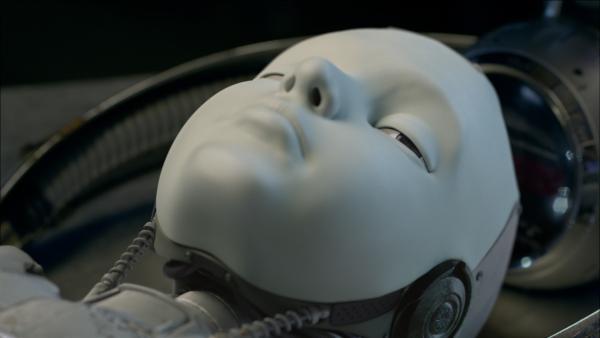 Für einen kurzen Moment öffnet PAL (Millie Davis) die Augen. | Rechte: KiKA/Sinking Ship Entertainment