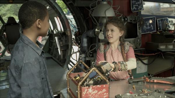 Nick (Jadiel Dowlin) und Anne (Addison Holley) auf dem Weg PAL aufzuwecken.     Rechte: KiKA/Sinking Ship Entertainment
