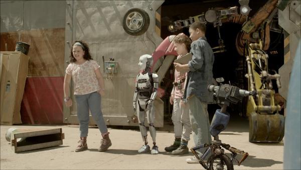 Die Freunde (v.l.n.r.: Adrianna Di Liello, Addison Holley, Jadiel Dowlin) machen den ersten Check von PALs (Millie Davis) Funktionen. | Rechte: KiKA/Sinking Ship Entertainment