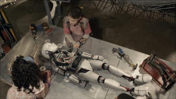 Anne (Addison Holley) und Shania (Adrianna Di Liello) suchen nach dem Defekt.   Rechte: KiKA/Sinking Ship Entertainment
