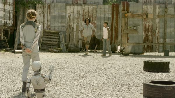 Anne (Addison Holley, li.) versucht, PAL (Millie Davis) vor Maggie (Raven Dauda) zu verstecken. | Rechte: KiKA/Sinking Ship Entertainment