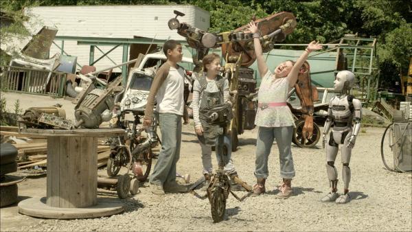 Die Freunde bejubeln den neuen Roboter. | Rechte: KiKA/Sinking Ship Entertainment