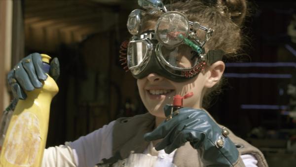 Anne (Addison Holley) experimentiert heute mit Chemikalien. | Rechte: KiKA/Sinking Ship Entertainment