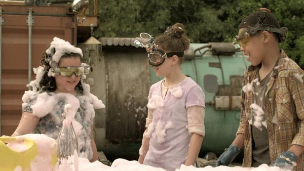 Das Schaumexperiment hat funktioniert: Je mehr Chemikalien, desto mehr Schaum | Rechte: KiKA/Sinking Ship Entertainment