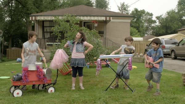 Shania (Adrianna Di Liello) nötigt ihre Brüder, mit ihr eine Band zu gründen. | Rechte: KiKA/Sinking Ship Entertainment