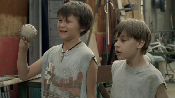 Billy (Carson Reaume) und Ray (Aaron Feigenbaum) sind in den Schrottplatz eingedrungen | Rechte: KiKA/Sinking Ship Entertainment