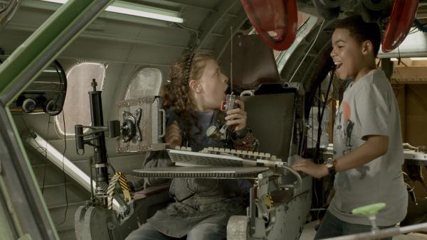 Während Anne (Addison Holley) noch wartet, schleicht sich Nick (Jadiel Dowlin) schon von hinten an.  | Rechte: KiKA/Sinking Ship Entertainment
