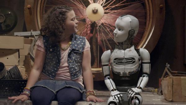 Shania (Adrianna Di Liello, Mi.) und PAL (Millie Davis) unterhalten sich über Musik. | Rechte: KiKA/Sinking Ship Entertainment