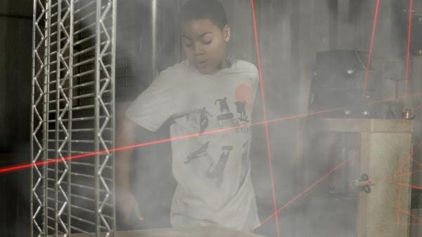 Nick (Jadiel Dowlin) schleicht sich an Annes Lasergitter vorbei. | Rechte: KiKA/Sinking Ship Entertainment