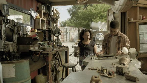 Shania (Adrianna Di Liello) und Nick (Jadiel Dowlin) suchen nach Anne. | Rechte: KiKA/Sinking Ship Entertainment