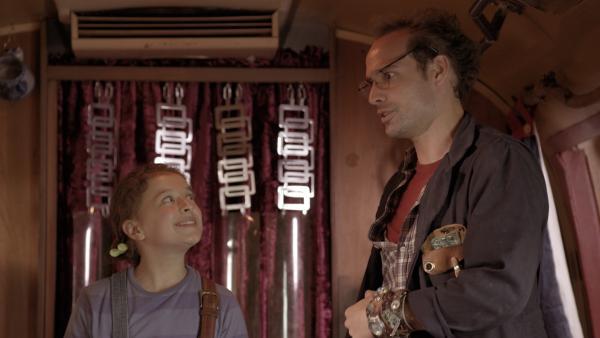 Anne (Addison Holley) will ihren Dad (James Gangl) von der Idee der Übernachtungsparty überzeugen. | Rechte: KiKA/Sinking Ship Entertainment