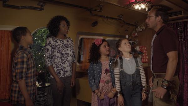 Das erste Mal: Maggie (Raven Dauda) und Wilbert (James Gangl) lernen sich kennen. | Rechte: KiKA/Sinking Ship Entertainment