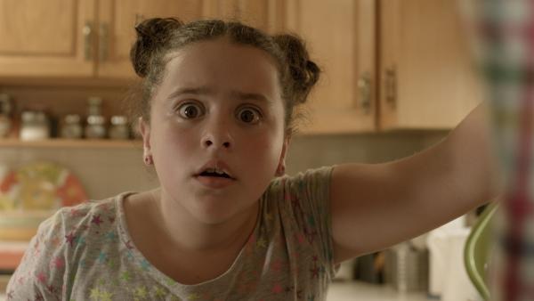 Shania (Adrianna Di Liello) entdeckt PAL in ihrer Vorratskammer. | Rechte: KiKA/Sinking Ship Entertainment