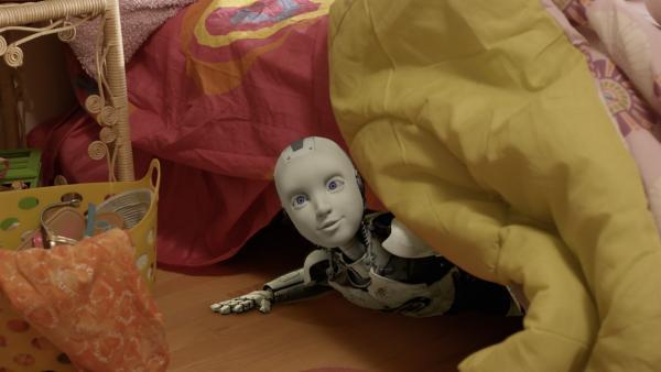 PAL (Millie Davis) versteckt sich unter Shanias Bett. | Rechte: KiKA/Sinking Ship Entertainment