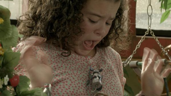 Shania (Adrianna Di Liello) wird von Robomaus angesprungen.   Rechte: KiKA/Sinking Ship Entertainment