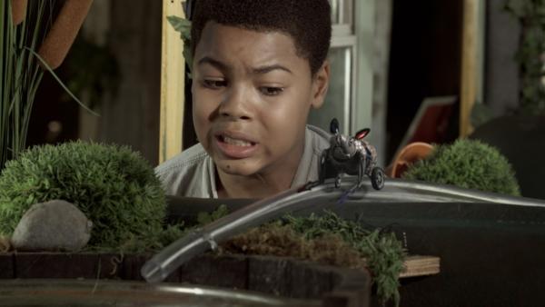 Nick (Jadiel Dowlin) entdeckt Robomaus. | Rechte: KiKA/Sinking Ship Entertainment