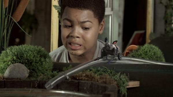 Nick (Jadiel Dowlin) entdeckt Robomaus.   Rechte: KiKA/Sinking Ship Entertainment