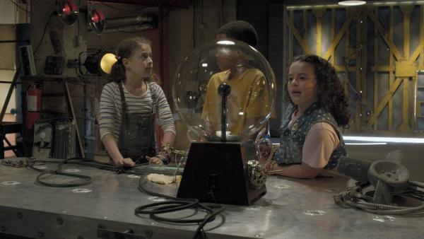 Anne (Addison Holley, li.) zeigt Nick (Jadiel Dowlin, Mi.) und Shania (Adrianna Di Liello, re.) ihr neuestes Experiment: einen Plasmaball   Rechte: KiKA/Sinking Ship Entertainment