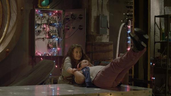 Anne (Addison Holley) muss Shania (Adrianna Di Liello) vor dem Elektromagneten von Hand retten. | Rechte: KiKA/Sinking Ship Entertainment