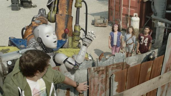 PAL (Millie Davis) und Zack (Jonny Gray) sind auf das innigste verbunden. | Rechte: KiKA/Sinking Ship Entertainment